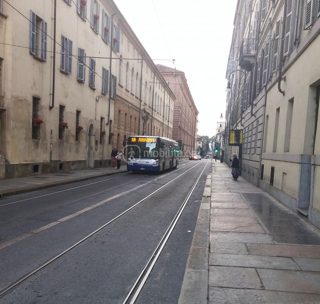 il bus 18 fermo in via dell'Accademia Albertina (giugno 2016)